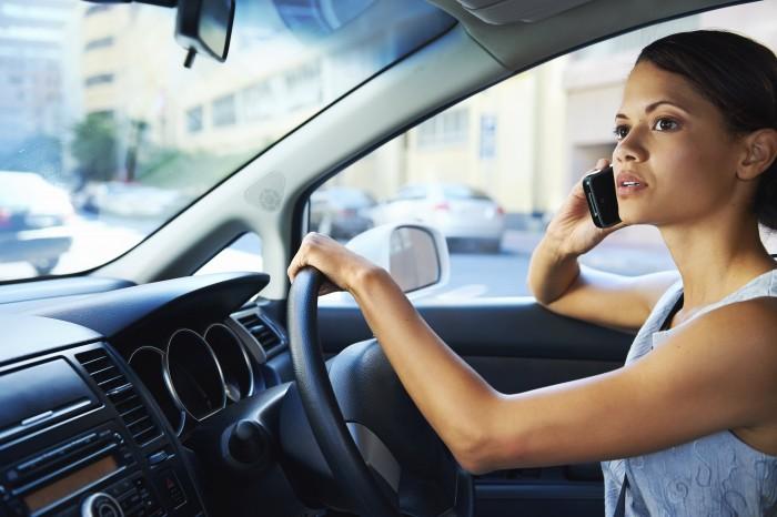 Nu är det förbjudet att köra bil med mobiltelefon i handen