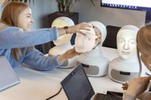 74 % bland chefer och HR-specialister kan tänka sig använda social AI-robot vid rekrytering 3