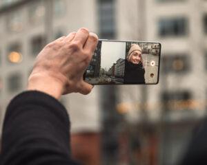 Dubbelvy fångar tomtens selfie och barnens glädje – samtidigt 3