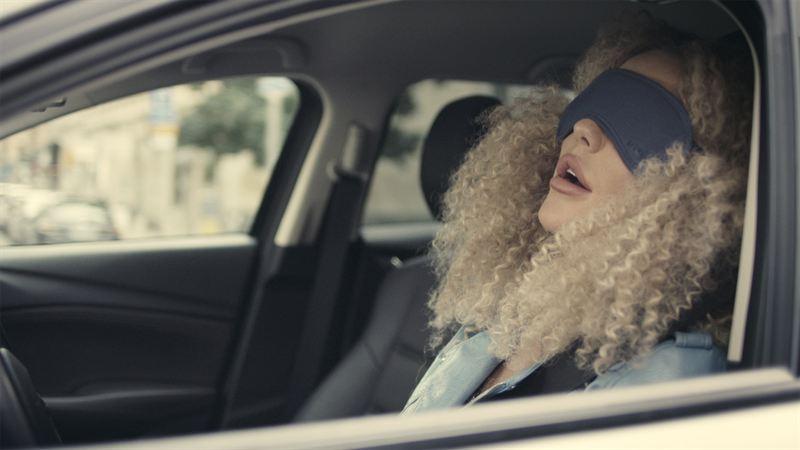 Självkörande bil ler åt fotgängare
